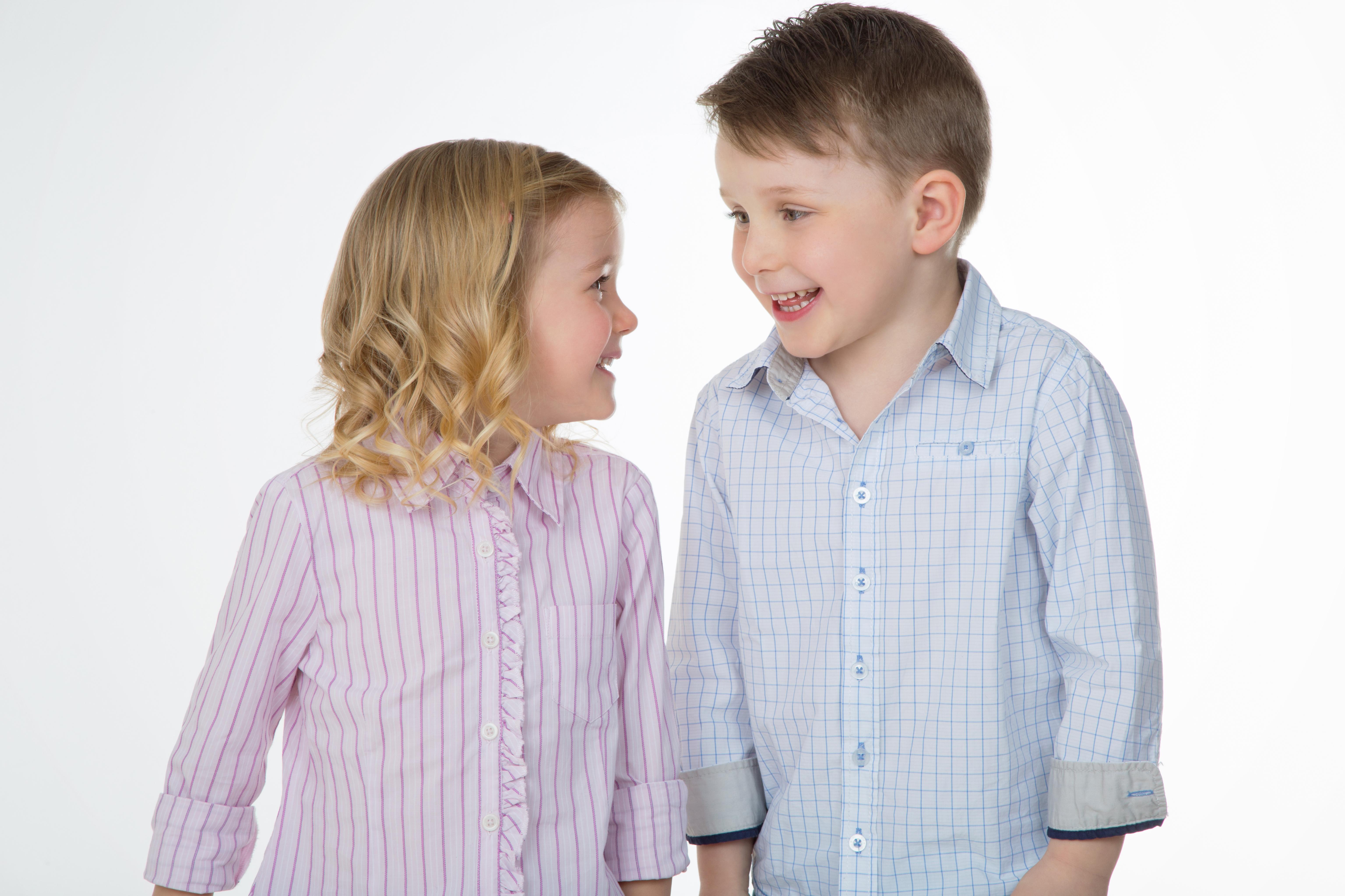 笑顔で見つめ合う男の子と女の子