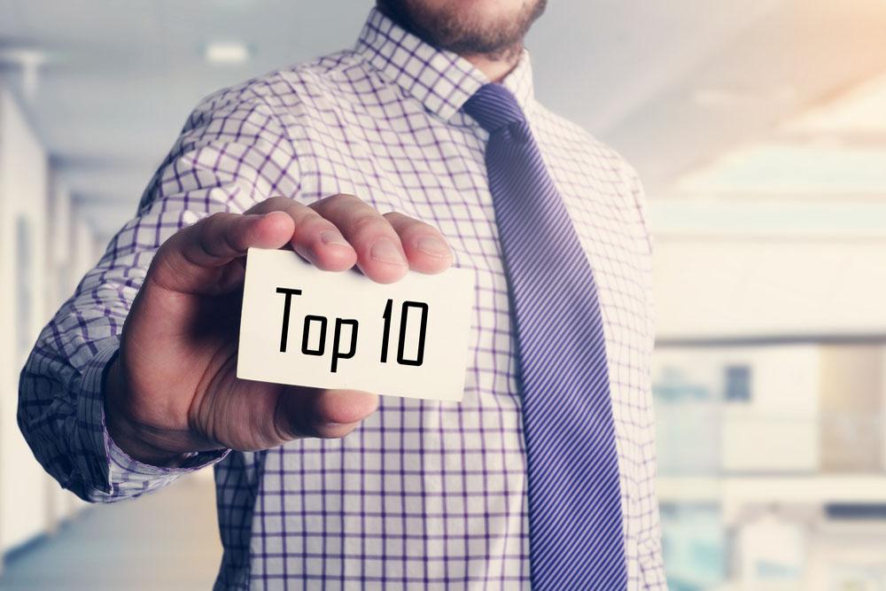 「TOP10」と書かれたカードを手に持つ男性
