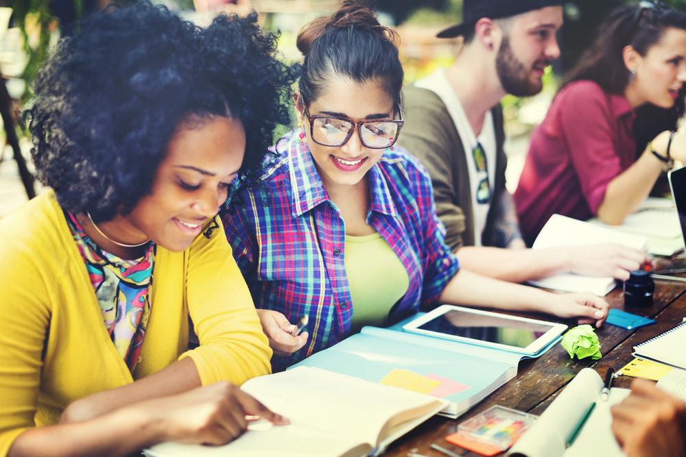 笑顔で勉強する学生たち