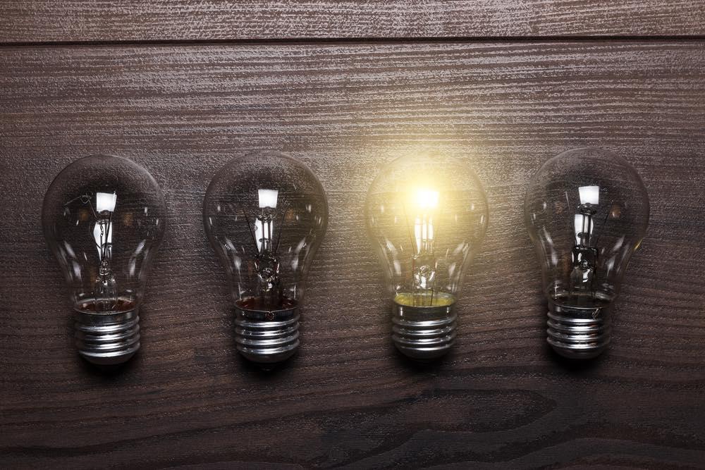 一つだけ明かりのついた電球