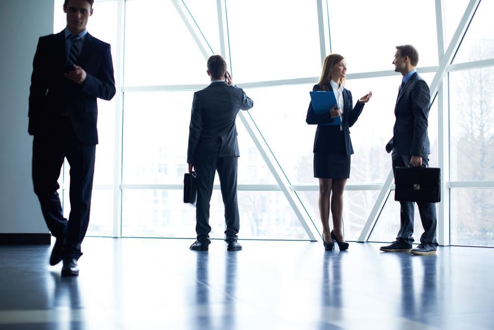 様々な方向に進むビジネスマン達