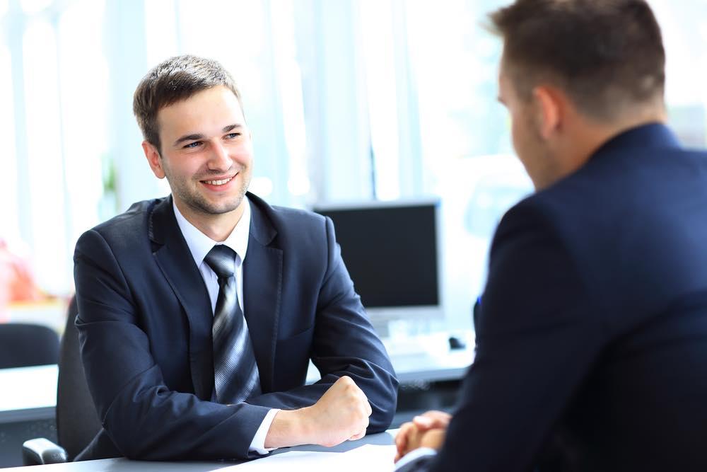 就職活動中の男性とカウンセラー