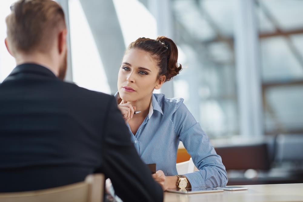 男性の話を聞くキャリアアドバイザーの女性