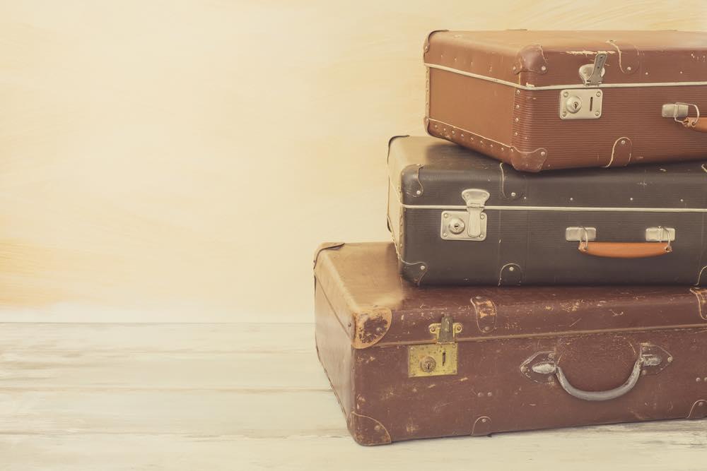 重ねて置かれたスーツケース