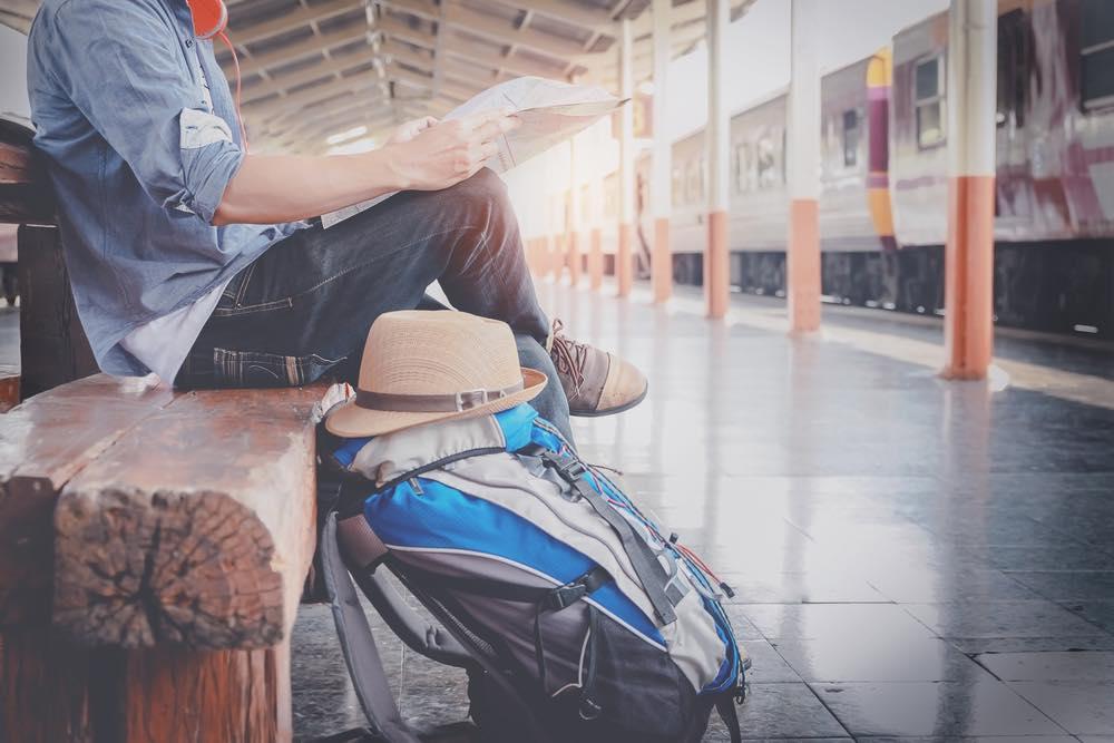 駅のホームのベンチに座る男性