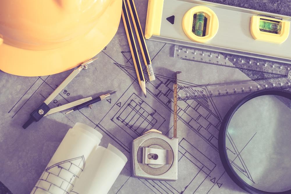 設計図と筆記用具と安全帽