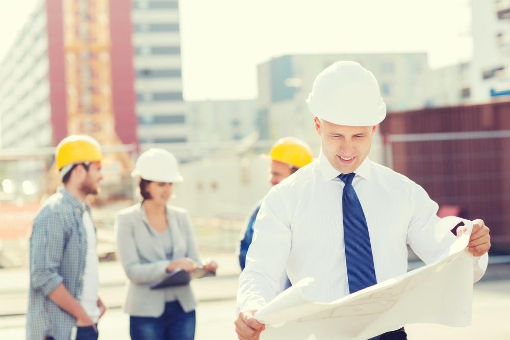 建設現場で設計図を見る男性