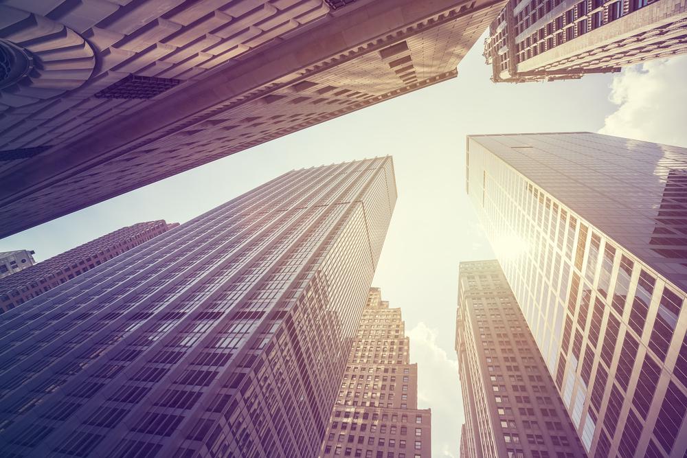 見上げた摩天楼と空