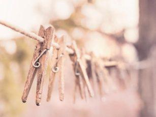 くたびれた木製の洗濯バサミ