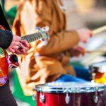 ギターやドラムなど楽器を演奏する人々