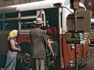 バスに乗り込んでいく人々