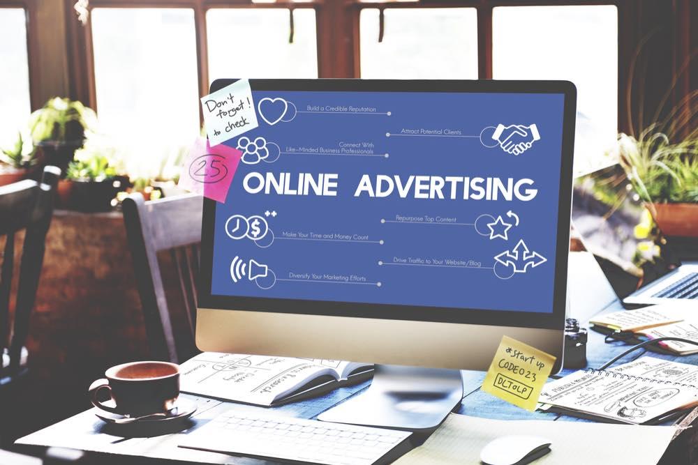 「ONLINE ADVERTISING」と表示されたパソコンのモニター