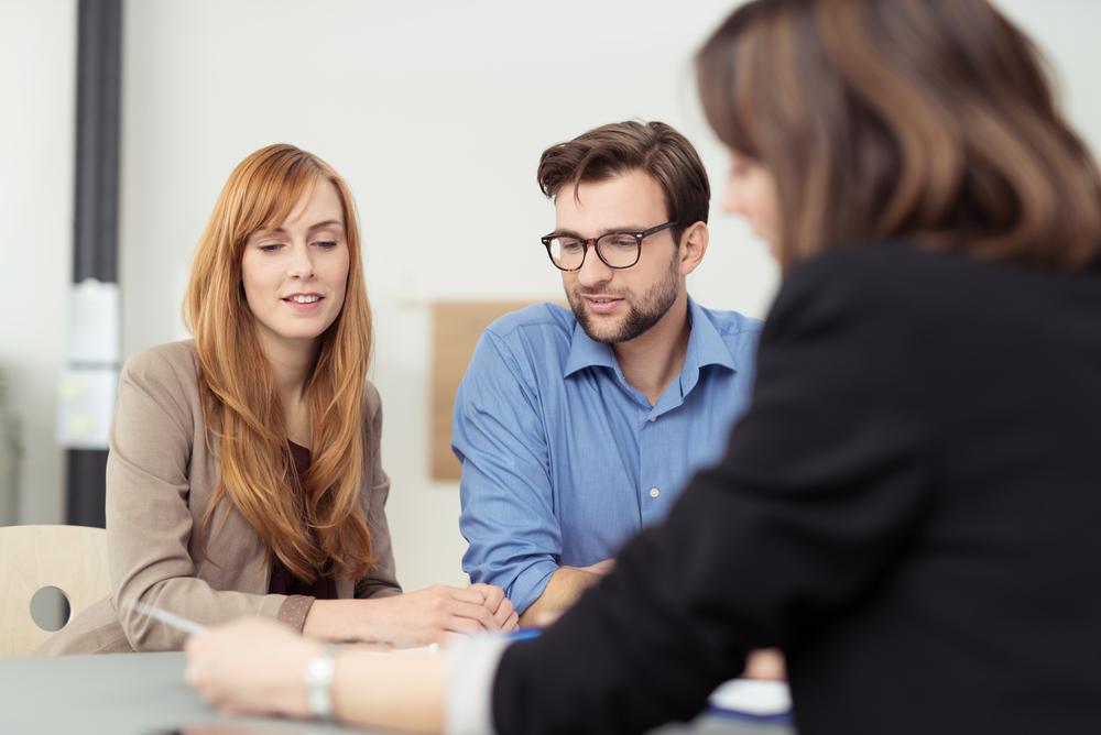 商品を勧める営業の女性