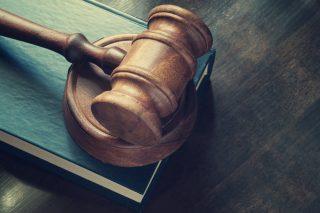 木槌と法律書