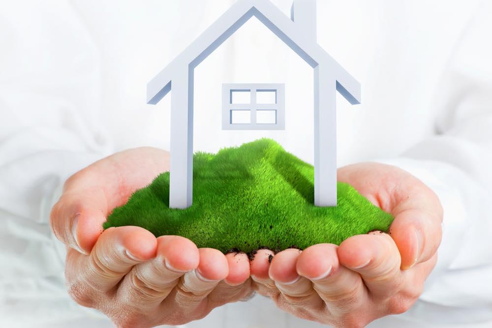 家の模型とそれを大切に乗せる手