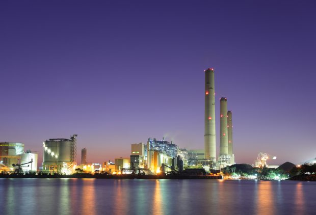 対岸で光る工場の夜景