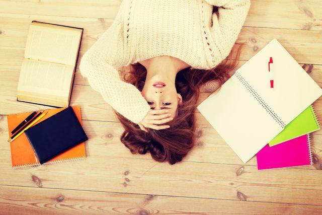 試験が不合格で途方に暮れる女性