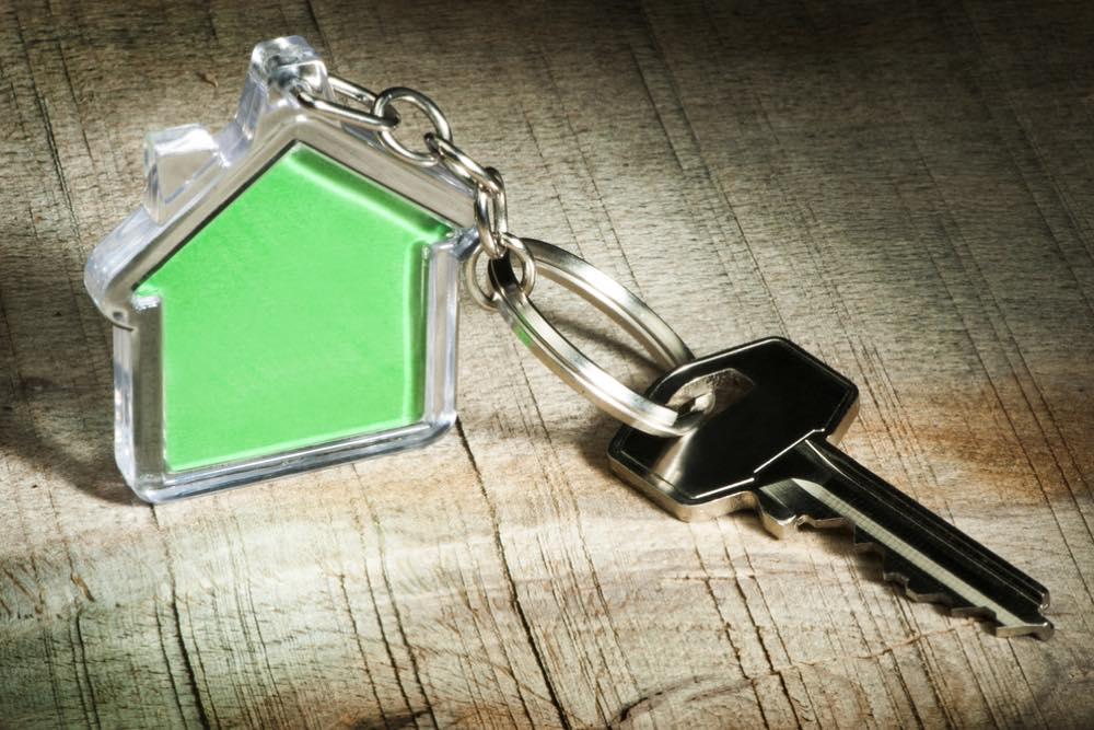 家の形のキーホルダーがついた鍵
