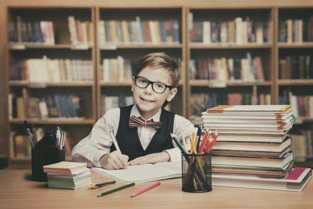 図書館で勉強する少年