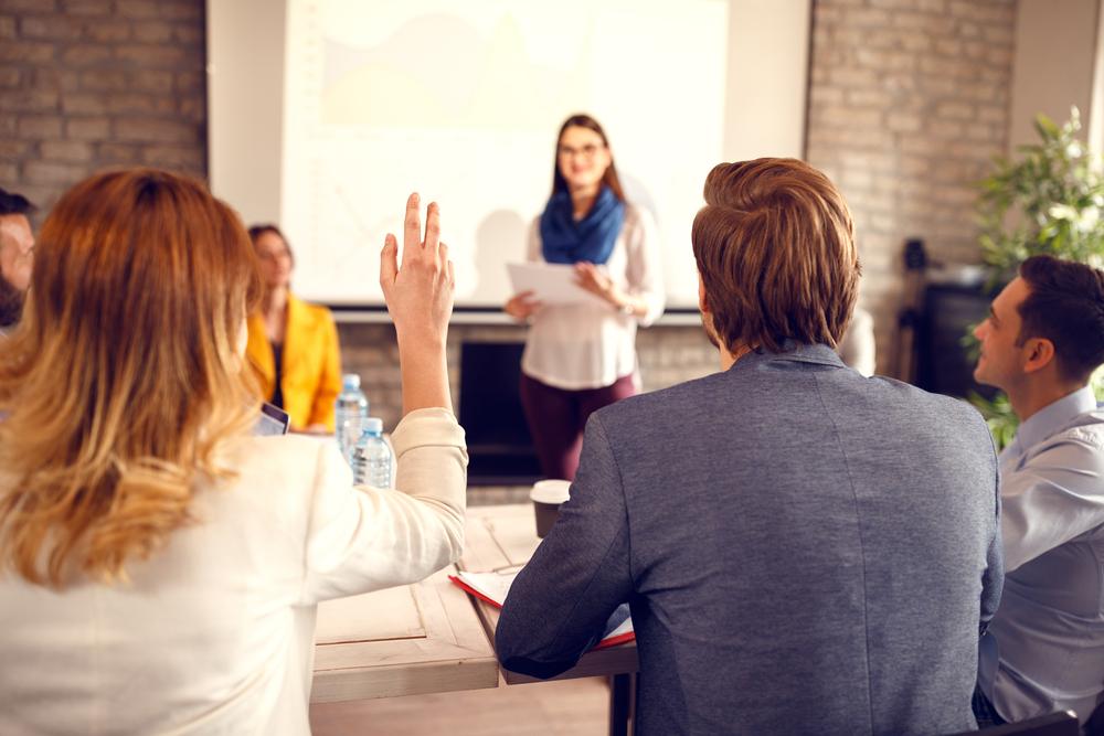 セミナーの途中で手を挙げる女性