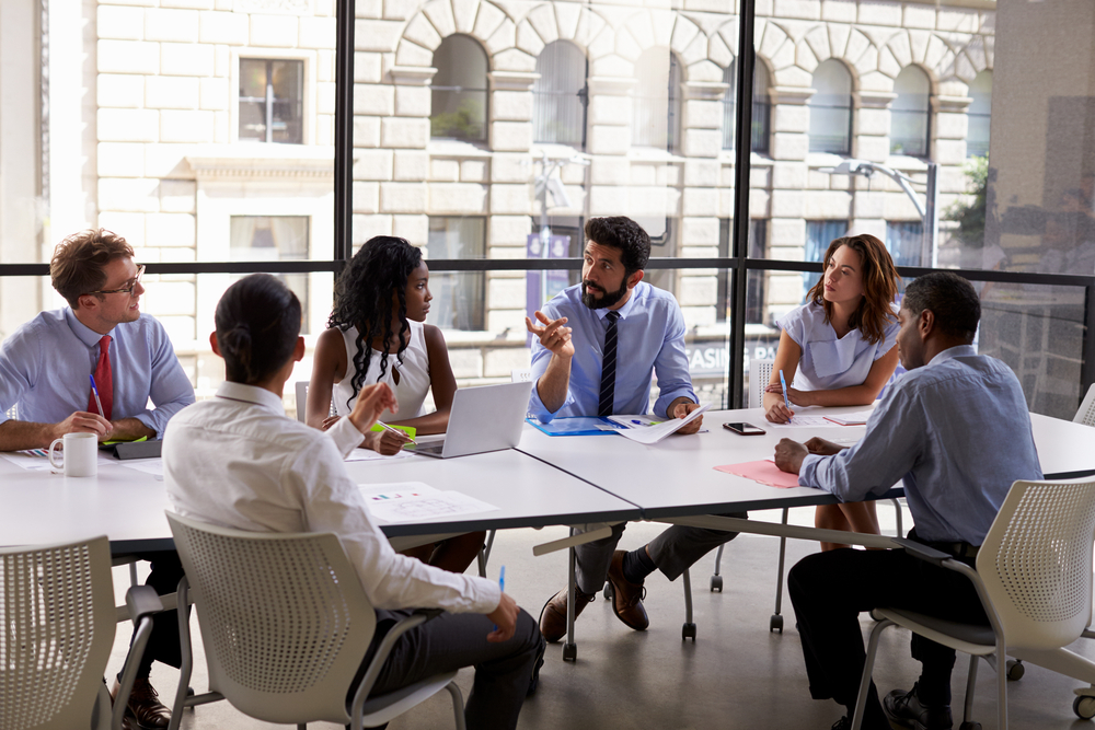 会議中の営業マン