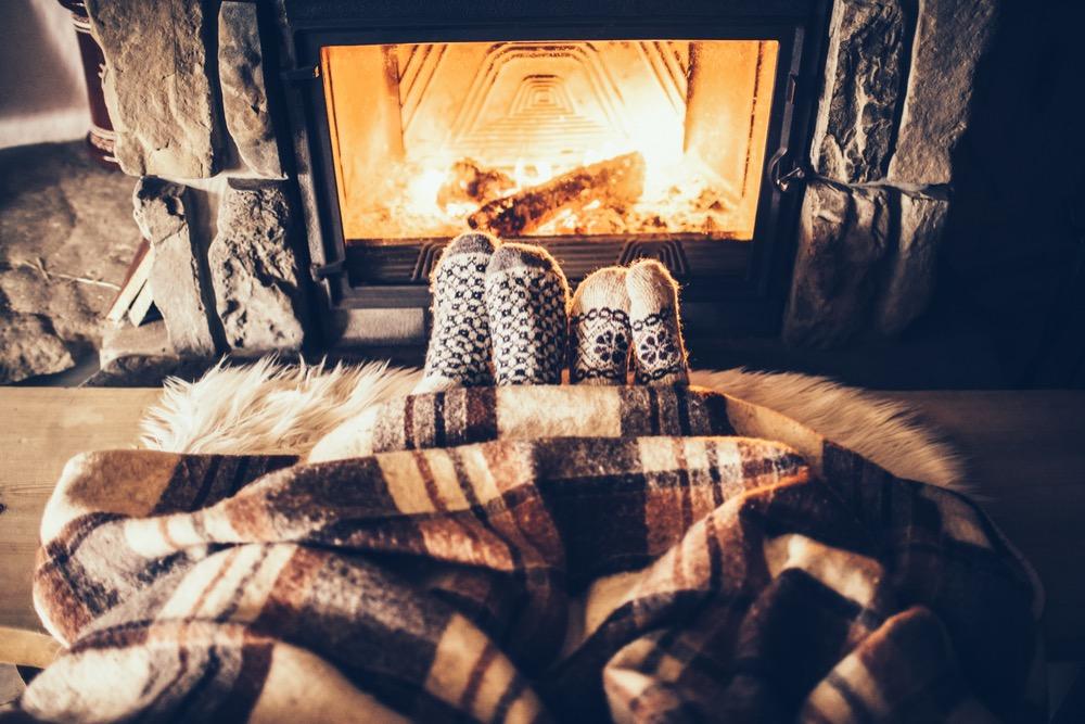 暖めている足