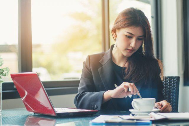 仕事をしながらコーヒーを淹れる女性