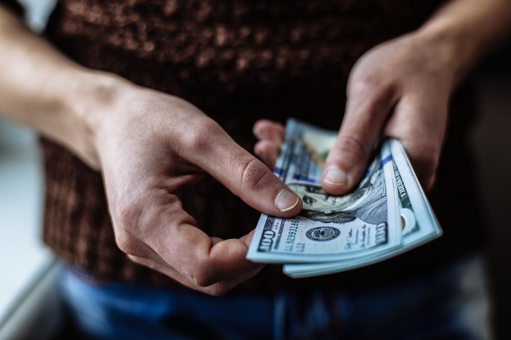 紙幣を持つ人の手元