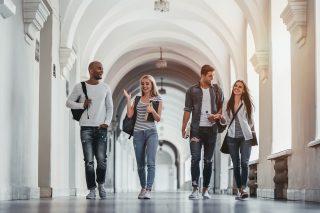 大学の構内を歩く若者達