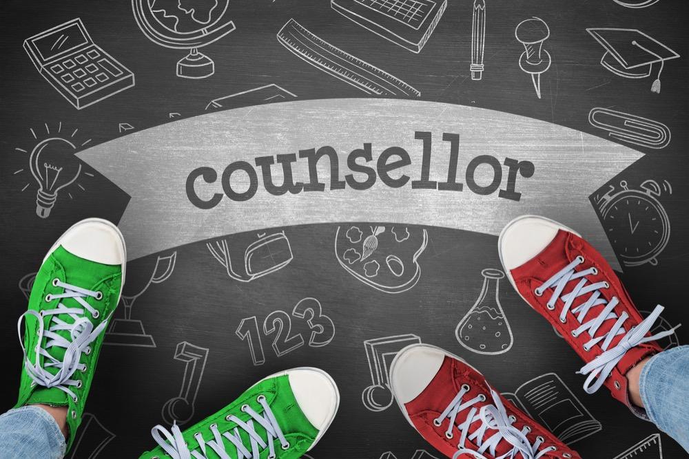 「counsellor(カウンセラー)」と書かれた黒板とカラフルなスニーカー