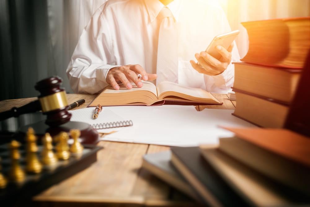 弁護士の就活をしながら勉強する人
