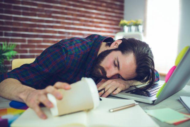 仕事中に居眠りをする男性
