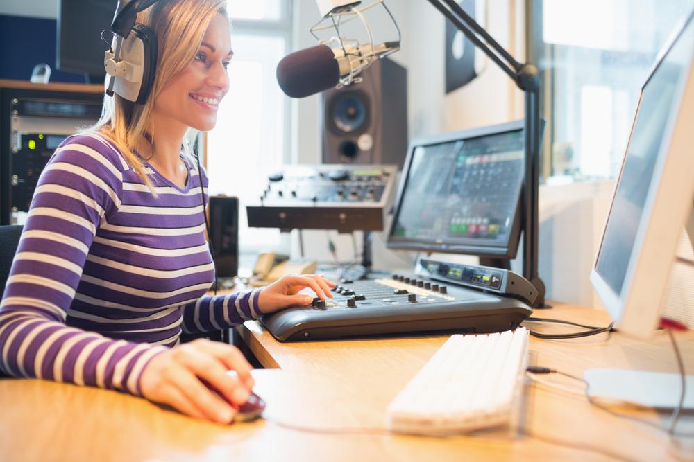 ラジオ局で働く女性