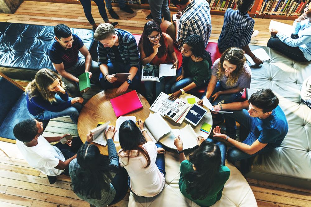 大勢で一緒に勉強する若者のグループ