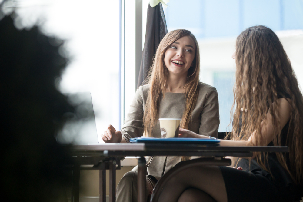 笑いながら話をする女性2人