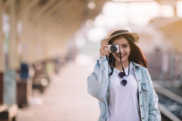 カメラで景色を撮る女性