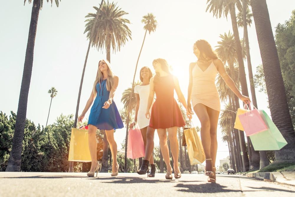 ロサンゼルスを歩くカラフルなワンピースを着た女性達