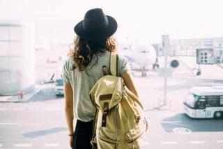 空港に立つ若い女性