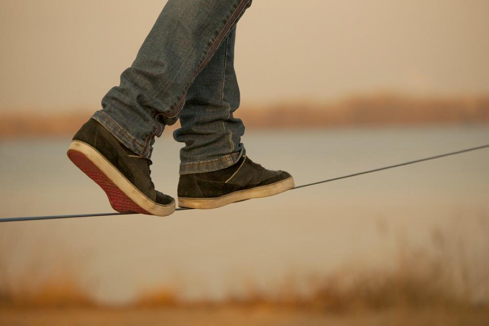 綱渡りする人の足元