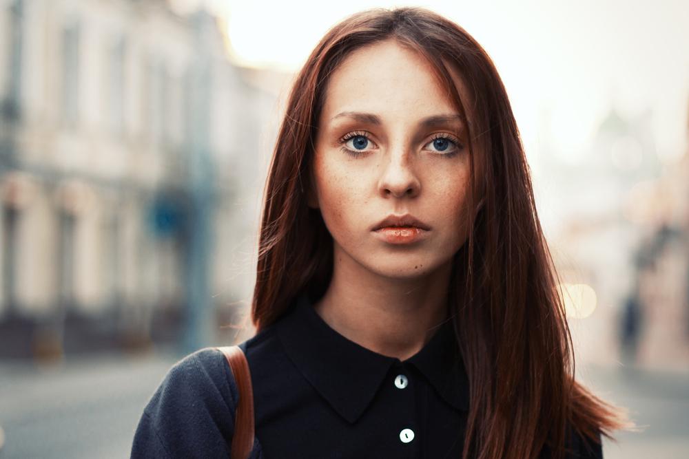 無表情の女性
