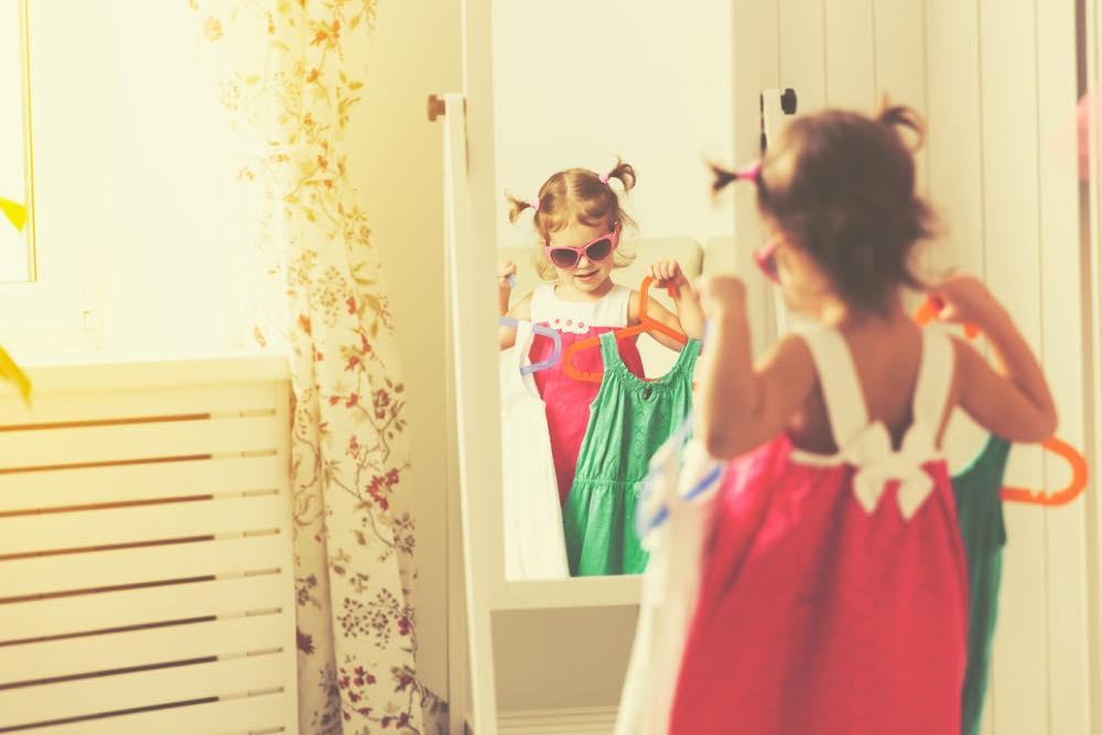鏡を見ながらおしゃれする女の子