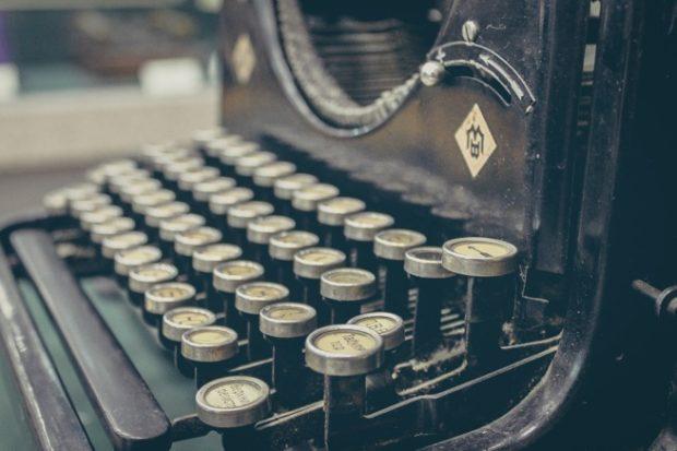 古びた黒いタイプライター