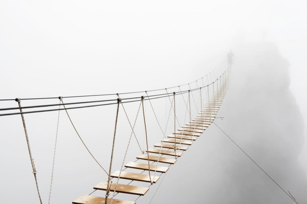 霧の中に浮かんだ吊り橋
