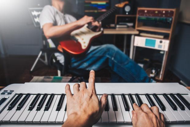 楽器を弾く男性達