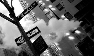 英語の道路標識が写っている白黒写真