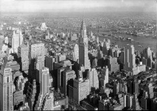 高層ビルの立つ街並みを俯瞰で写した白黒写真