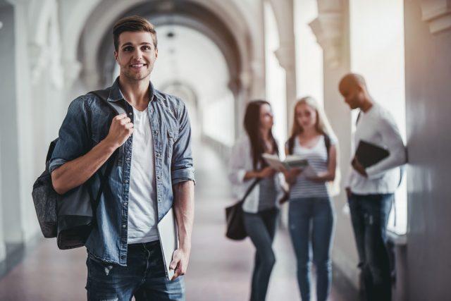 廊下に立つ笑顔の学生