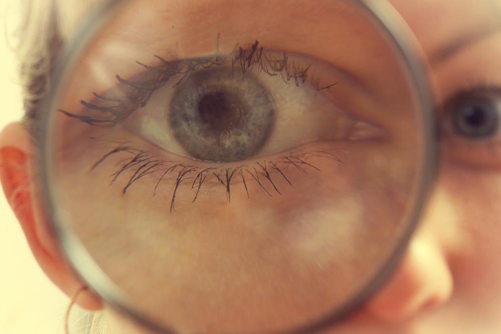 ルーペを覗く女性の目