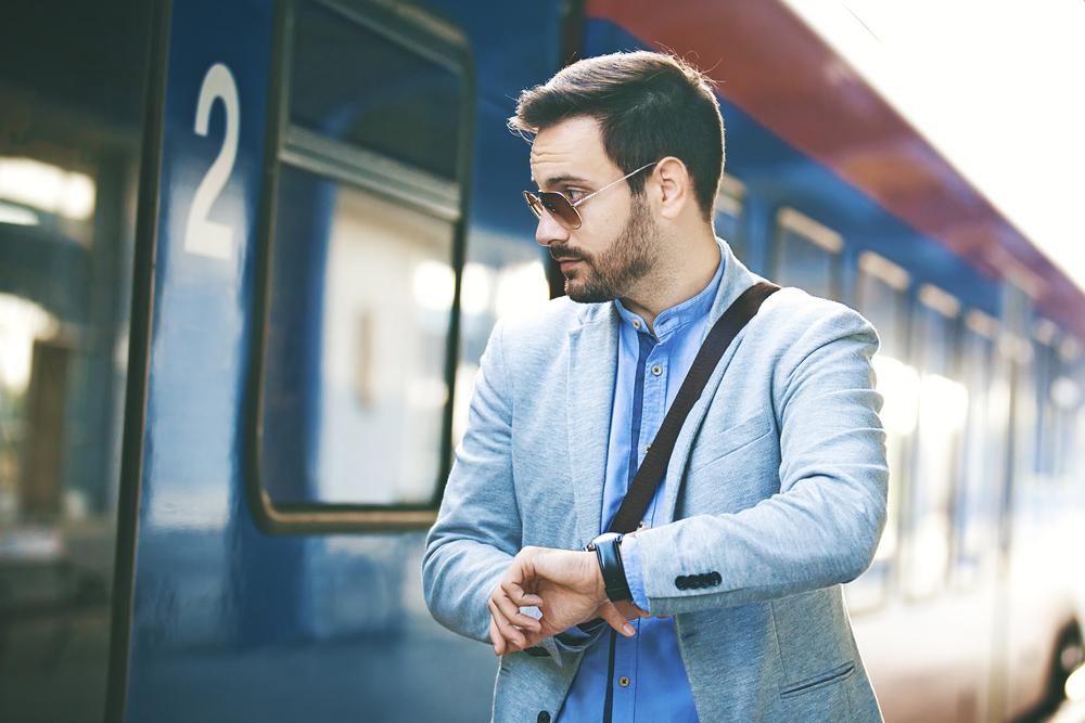 電車に乗ろうとするサングラスをかけた男性