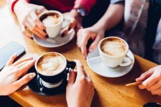 コーヒーカップを手にして集まる女性達
